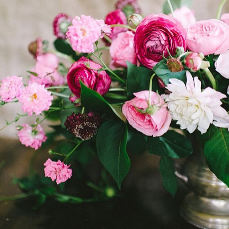 bridal-bouquet-with-their-hands