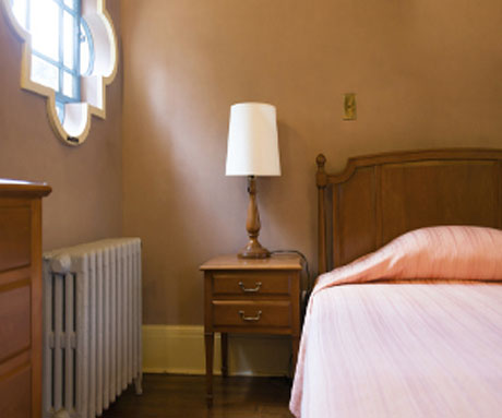 brown-bedroom-with-lamp