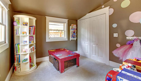 childs-bedroom-with-bookshelf