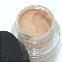 apply-foundation-cream