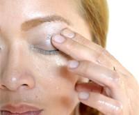 как смыть макияж с глаз